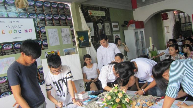 2 tham gia trổ tài thi vẽ tại buổi trao giai